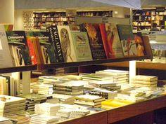 Akateemisen kirjakaupan valikoimaa