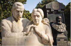 """Die Heldeakker is 'n ruimte begrens deur blokke swart marmer in Pretoria se ou begraafplaas. Die Heldeakker spreek boekdele. Sentraal is die grafte van twee eerste ministers, die swart graniet van dr. H.F. Verwoerd langs dié van die """"Leeu van die Noorde"""", adv. J.G. Strijdom. Ook dié van die Voortrekkerleier Andries Pretorius, pa van Pretoria se stigter. Pretoria, Handmade Books, My Land, African History, Trek, South Africa, Nostalgia, Two By Two, Van"""