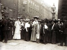 Suffragettes outside Bow Street Courthouse - London - 1908