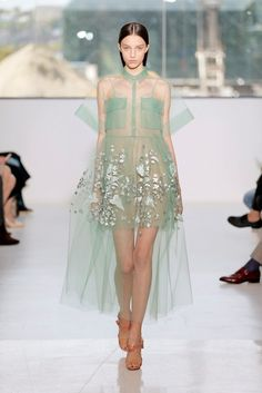 If there's any label that truly owns pretty Fashion Week moments, it's Delpozo. This sheer, oversized, crystalized, wonderfully weird dress is one we can't get out of our heads. Haute Couture Style, Couture Mode, Couture Fashion, Runway Fashion, Fashion Trends, Fashion Details, Look Fashion, High Fashion, Luxury Fashion