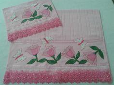Jogo de toalha de banho e rosto personalizada com patchaplique de flores com passafitas e bordado inglês. Pode ser feito com outros motivos e cores. Feito sob encomenda.