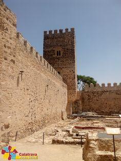 Vista de uno de los muros o cortinas, pozo que abastecía el castillo, baños árabes, y al fondo apreciamos la majestuosa Torre del Homenaje. Castillo de Dña Berenguela.
