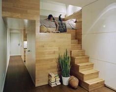 Loft com mobiliário em madeira.