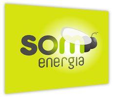 """La cooperativa Som Energia. La suma de molts petits inversors poden generar una força imparable. L'objectiu de Som Energia, la primera cooperativa de producció i consum d'energia verda de Catalunya, és ser una cooperativa sense ànim de lucre que reuneixi a milers de persones amb el desig d'invertir en energies renovables.  La nova imatge de Som Energia havia de deixar clar el seu màxim benefici: """"Crea la teva pròpia energia renovable""""."""