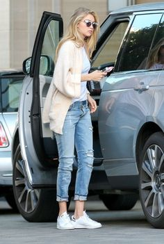 Gigi Hadid in Ripped Boyfriend Jeans. Gigi Hadid was photographed as she was running errands in Los Angeles. Clad in a pair of slim, light blue wash Estilo Gigi Hadid, Gigi Hadid Style, Gigi Hadid Casual, Gigi Hadid Looks, Looks Style, My Style, Style Hair, Gigi Hadid Outfits, Simple Casual Outfits