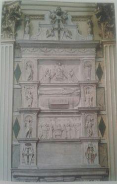 Aspecto general del cenotafio del papa Pio II, creado bajo la dirección de Paolo Romano. Por encima de la franja inferior con ek epitafio se encuentra el relieve que representa la entrega de la reliquia de San Andres. Las figuras a los laterales representan las virtudes del difunto. Iglesia de Sant'Andrea della Valle, Roma, Italia.