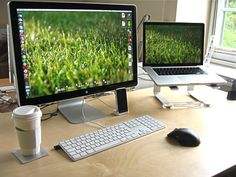 Macbook Pro on Griffin Elevator Stand for Laptop, Apple Cinéma Display and iPhone 3GS... - Excelente!!