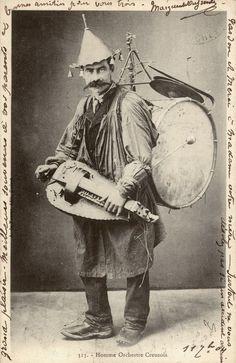 L〰Hurdy gurdy one man traveling band. Admit it, he had to be a pretty cool guy. Vintage Photographs, Vintage Photos, Motif Music, Hurdy Gurdy, Indie, Band Photos, Vintage Circus, Music Stuff, Weird Music