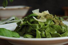 Rezeptidee: Gesunde grüne leckere Pasta aus TEATOX Energy Matcha. Mit Pesto ein schnelles, frisches und einfaches Rezept.