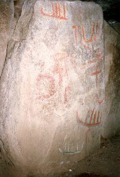 """Pilier du dolmen de Mané Lud [Photo : Hans CANY, 1993] """"Barques funéraires"""" comme en Scandinavie, sur un dolmen du Morbihan"""