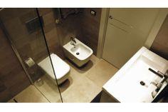 Il #bagno è stato rivoluzionato nella sua disposizione originaria. I #sanitari accoppiati di fronte al #mobile #lavabo lasciano più #spazio all'area della #doccia. Il vano doccia è caratterizzato da uno #scarico a filo #pavimento con #griglia in #acciaio. Sia i rivestimenti che il #pavimento sono in #gres effetto #pietra #naturale tale da creare una zona relax all'interno della propria casa.