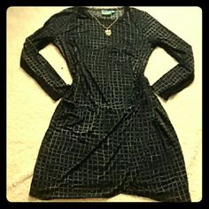<3 Vera wang dress Black vera Wang dress with grey crosshatching pattern. Long dress with long sleeves, comfortable fitting. Worn only once, washed and ready to go.  Great condition!   Should fit like XL/XXL, not 100% sure. Size is not on tag. Simply Vera Vera Wang Dresses