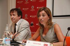 """José Carrillo presentando a Carme Chacón, durante la conferencia extraordinaria: """"¿Quo Vadis Europa? Crisis económica y desprestigio de la política"""""""