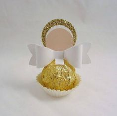 This round up shows you creative ways to gift Ferrero Rocher chocolates. We have covered how to make trees, Christmas tree's cakes and even Ferrero Rocher Angels. Baptism Centerpieces, Baptism Decorations, Baptism Favors, Baby Baptism, Baptism Party, Christening, Candy Crafts, Christmas Crafts, Christmas Wedding