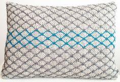 Gitterværk. Dekorativ pude, som strikkes med en farve ad gangen. Teknikken er ikke svær at lære.
