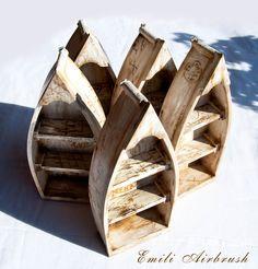 Fischerboot- Shabby look aus Holz, Höhe ca. 26,5 cm Dieses Fischerboot ist perfekt geeignet für Ihr Badezimmer, gestaltet in maritimer Optik. Durch die drei Abstellflächen dient das Fischerboot als kleines Regal für z. B. Nagellacke, Schminke oder einfach nur für Dekorationsmaterialien. Die Regalböden sind herausnehmbar. Weitere Produktdetails: Material: Holz, Holzlasur, Airbrush Farben Breite: 11 cm Höhe: 26,5 Tiefe: 5 cm Da jedes Fischerboot ein Unikat ist,ist die Abbildung ähnlich!!!