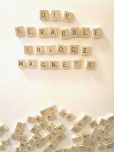 Placer des lettres de Scrabble au tableau et laisser les enfants s'amuser avec les lettres!    scrabble fridge magnets