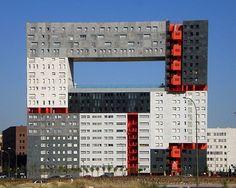 Projeto D+ Na foto de segunda, o Edificio El Mirador, em Madrid, Espanha. Projeto do renomado escritório holandês MVRDV. Devido à abertura da União Européia nos últimos 20 anos, culminando na recepção de uma imensa migração ao velho continente, o valor da terra subiu de maneira desproporcional, causando uma crise de habitação. Por isso, grandes empreendimentos de habitação social tornaram-se comuns em países com extensa tradição arquitetônica, como a Espanha. Esta relação levou à soluções…