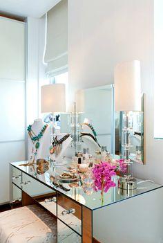 Потрясающий туалетный столик из стекла, оснащенный вместительными выдвижными ящиками для нужных мелочей.