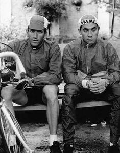 Deux champions l'Italien Adorni à gauche et le Belge Eddy Merckx à droite assis sur un banc à Novare Italie le 21 mai 1968