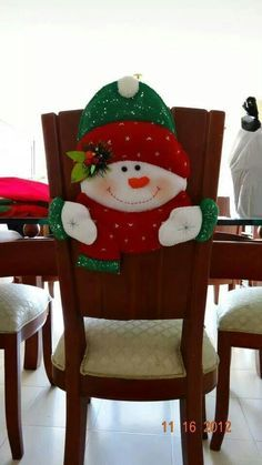 Silla                                                                                                                                                      Más Felt Christmas Decorations, Felt Christmas Ornaments, Christmas Stockings, Christmas Holidays, Holiday Decor, Christmas Projects, Diy And Crafts, Christmas Crafts, Christmas Chair Covers