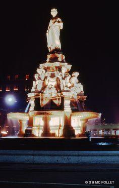 Lyon le 8 décembre 1966, jour de la fête des lumières. http://fr.wikipedia.org/wiki/F%C3%AAte_des_Lumi%C3%A8res_(Lyon)                 Fontaine place du Maréchal Lyautey représentant Lyon    http://fr.wikipedia.org/wiki/Place_du_Mar%C3%A9chal-Lyautey
