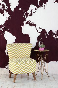деревянные стулья, карта-ковер