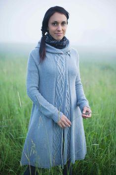 Вязаное пальто с капюшоном сверху вниз спицами с описанием и схемой от Джоджи Локателли