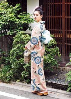 「おしゃれだね!」ってほめられちゃう♪女子ウケゆかたの選び方 | ファッションファッション(コーディネート・20代) | DAILY MORE Japanese Yukata, Japanese Costume, Japanese Outfits, Japanese Fashion, Yukata Kimono, Kimono Japan, Kimono Fabric, Traditional Kimono, Traditional Dresses