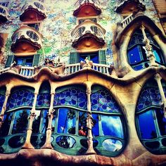 3. There you will be able to visit Gaudí's Casa Batlló and La Pedrera. If you like, you can top up your energy levels at one of the tapas bars in the area. It's a great place to eat!