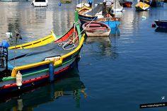 Barco en el puerto de St Julians... en la Isla de Malta.