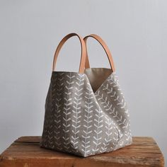 BOX TOTE - sprigs this nice and simple box tote is a great size to carry around and also makes a good project bag the tote can be left ope… Diy Handbag, Handmade Bags, Hobo Bag, Canvas Tote Bags, Purses And Handbags, Bag Making, Fashion Bags, Reusable Tote Bags, Nice