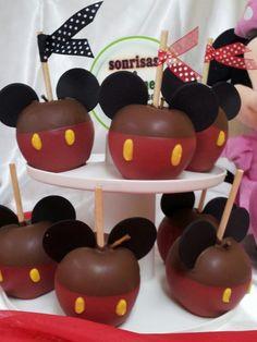 Manzana cubierta con chocolate y decorada Mickey Mouse