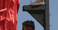 Pés de um fiel filipino são pregados a uma cruz de madeira durante as celebrações de Sexta-Feira Santa, na província de Pampanga, no norte das Filipinas