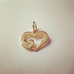 Ah..o Amor  Pingente em ouro amarelo 18K e brilhante. * joias em ouro somente por encomenda. #gabrielaaiex #designerjoias #ouro #ourives #joia #joya #jewel #coração #gold #brilhante #amor #homenagem #mãe #euquero #familia #feliz #instajoia #atemporal #joiadefamilia #pingente #artesanal #joiaexclusiva #joiapersonalizada
