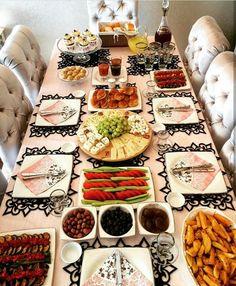 I love those place mats - İpekce Fikirler Table Presentation, Breakfast Presentation, Afghan Food Recipes, Breakfast Platter, Turkish Breakfast, Brunch Table, Food Decoration, Turkish Recipes, Deco Table