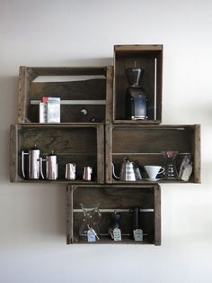 Very clever arrangement of old crates. Draw round the crates onto sheets of paper, rearrange until happy. Tape in place, mark the holes & drill, use the same paper as a template for holes in the crates! Apple Crate Shelves, Wooden Crate Shelves, Crate Bookshelf, Apple Crates, Wooden Crates, Wooden Boxes, Crate Shelving, Display Shelves, Wall Shelving