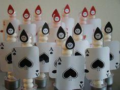 """Tubets no tema Festa Alice no País das Maravilhas: a festa personalizada que você procurava! Tubets com carta de baralho do exército da Rainha de Copas (Vermelha) e da Rainha de Espadas(Branca): cartas impressas, coladas com fita """"banana"""" (dupla face) e """"carinhas"""" dos soldados cortadas com cortador especial e caneta.  Valor unitário.  Vejam nossa foto da mesa completa Festa da Alice!  Os tubets ficam lindos na decoração da mesa, ou podem ser oferecidos como lembrancinha na festa.  Para…"""