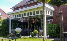 Prachtige jaren 30 veranda model Bolsward. U kunt het wel indenken dat deze opdrachtgever in Bolsward zeer tevreden is met deze overkapping. Na de ontwerpfase in Bolsward heeft Jaro houtbouw deze houten veranda op maat getekend en gefabriceerd. Een houten buitenverblijf maakt uw tuin nog aantrekkelijker en is het in uw tuin goed verblijven!