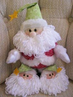 santa con babuchas Felt Crafts, Christmas Crafts, Diy And Crafts, Play Clay, Santa Ornaments, Felt Patterns, Christmas Holidays, Sewing Projects, Holiday Decor
