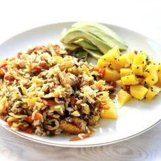 Kurczak z ryżem i warzywami, a do tego salsa z mango. Pyszności! Rice, chicken and mango salsa