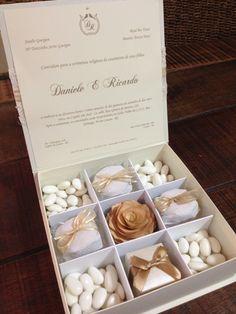 Convite das madrinhas - caixa aberta. Amendoas confeitadas, bem casados, flor em madeira no centro e caixinha com um brinco na frente.