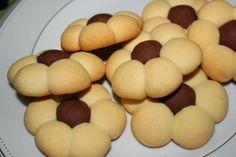 Prajiturele in forma de floare  - DOAR 4 ingrediente   Ingrediente :  7 -8 linguri de unt 1 cana zahar pudra 2 cesti faina cernuta 2 linguri de cacao   Mod de preparare prajiturele in forma de floare:   1. Pune untul intr-o tigaie, la foc...