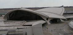 TWA Flight Center, aeroporto John Fitzgerald Kennedy, New York Un tempo famoso e alla moda, questo terminal dell'aeroporto JFK di New York è oggi totalmente abbandonato. Aperto al pubblico nel 1962, fu progettato da una star dell'architettura internazionale, Eero Saarinen. E' stato tuttavia recentemente aperto per dei giri turistici e sembra che Donald Trump voglia investire in un restauro della zona