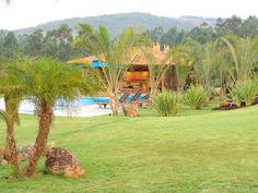 No projeto de paisagismo da Fazenda Bela Vista, em Itatiba (SP), Paula Magaldi empregou grama-amendoim (Arachis repens) e diversas espécies tropicais como palmeiras-triângulo (Neodypsis decaryi), palmeiras fênix (Phoenix roebelenii) e fórmios (Phormium tenax)