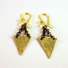 Pendientes triángulos en latón pulido. Brass triangle earrings. www.shimuorfebreria.com