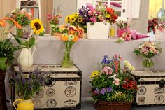 TELERÁNO &KVETY PRE UČITEĽOV Kvety na koniec školského roka. Pre divákov sme pripravili inšpirácie na kytičky a dekorácie na poďakovanie učiteľom k vysvedčeniu. Floral Wreath, Wreaths, Home Decor, Homemade Home Decor, Door Wreaths, Deco Mesh Wreaths, Garlands, Floral Arrangements, Decoration Home