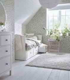 Una cama con almacenaje en la parte inferior.