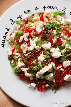 Salade quinoa, poivrons rôtis à l'ail, feta, menthe et coriandre