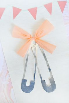 DIY: Oversize Diaper Pins for a Baby Shower Baby Shower Snacks, Baby Shower Games, Baby Showers, Unique Baby Shower, Gender Neutral Baby Shower, Shower Tips, Shower Ideas, Baby Shower Checklist, Party Themes